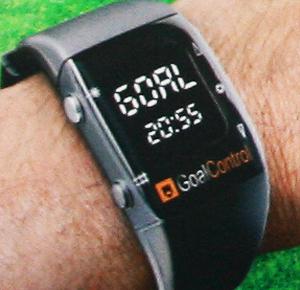 Über seine Uhr erhält der Schiedsrichter das Signal, ob der Ball im Tor ist. Grafik: GoalControl